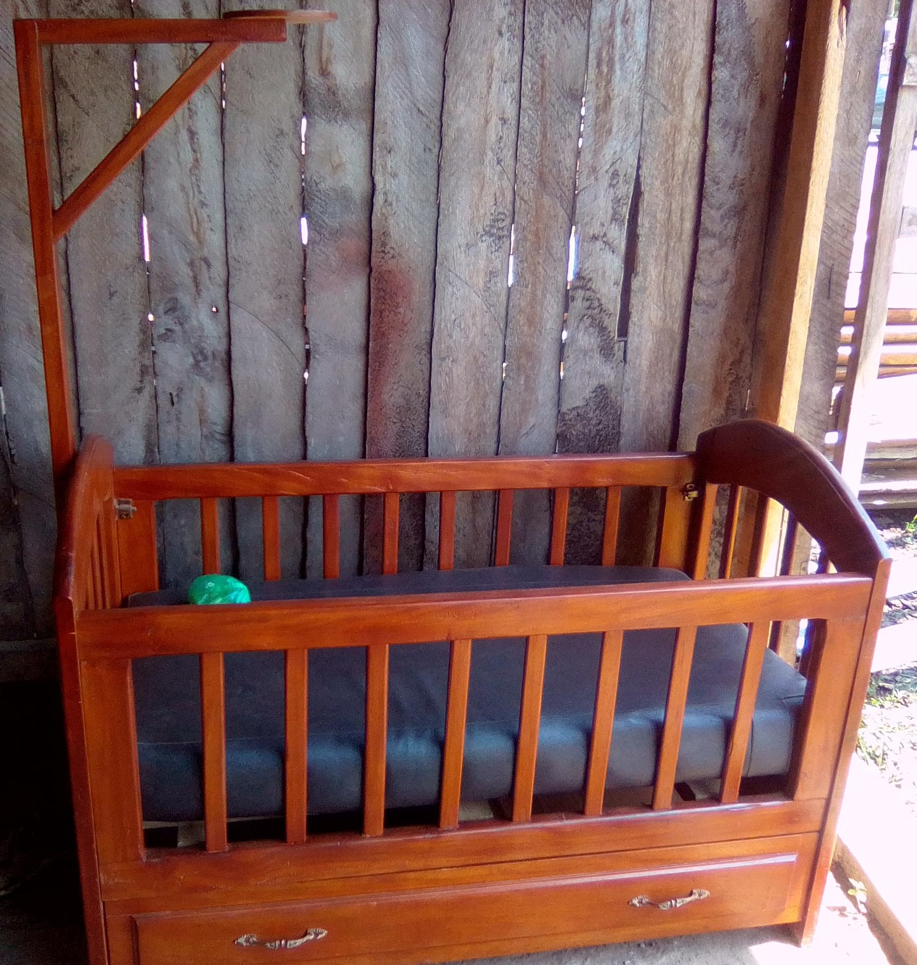 Lit pour bébé, idéal pour 0 à 2-3 ans. Inclus matelas et protège-matelas. En excellent état !